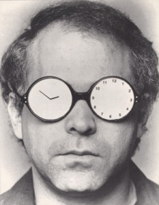 "Stuart Sherman, aus der Performance-Serie ""Spectacles"" 1977-1993, Courtesy of the Estate of Stuart Sherman"